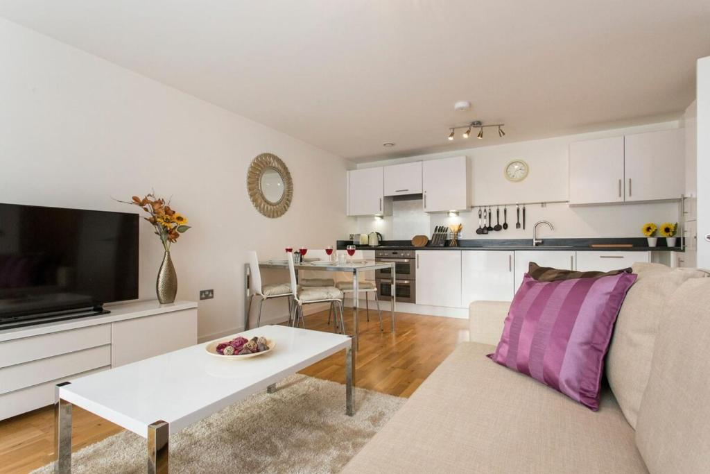 A kitchen or kitchenette at Luxury 1-Bed Apartment With Balcony In Greenwich