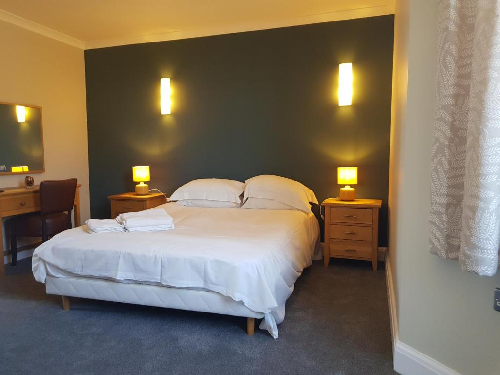 A bed or beds in a room at Limes Apartments