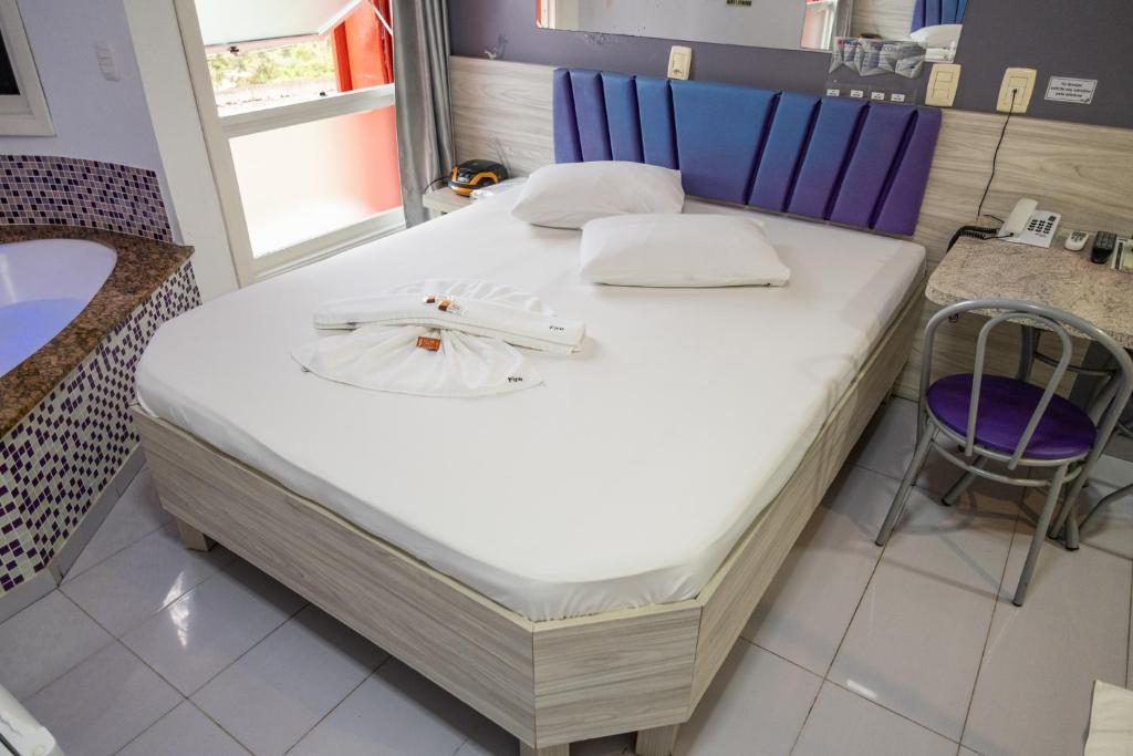 Cama ou camas em um quarto em Fire Motel