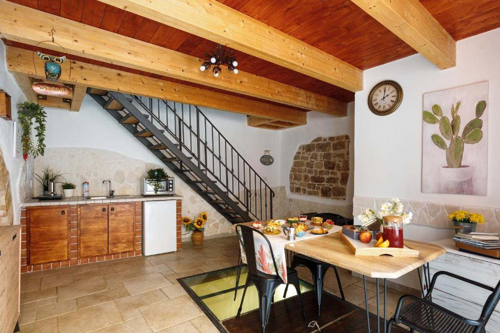 A restaurant or other place to eat at B&B La Corte San Francesco AMBIENTI SANIFICATI ALL'OZONO