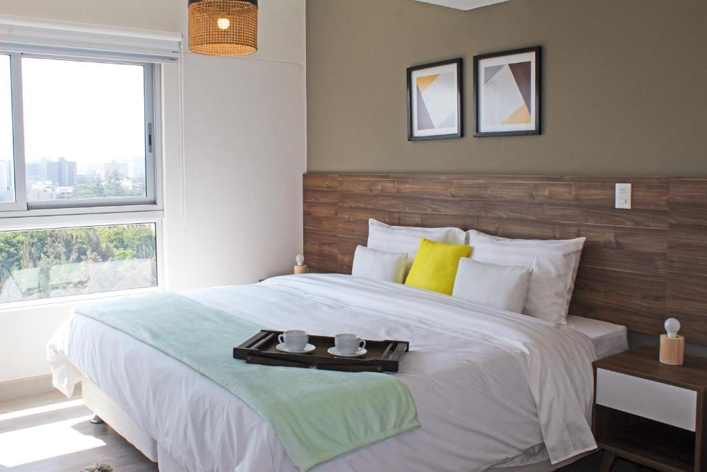 A bed or beds in a room at Trendy Host 360° Miraflores