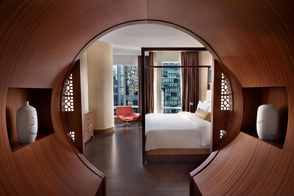 A bed or beds in a room at Shangri-La Toronto