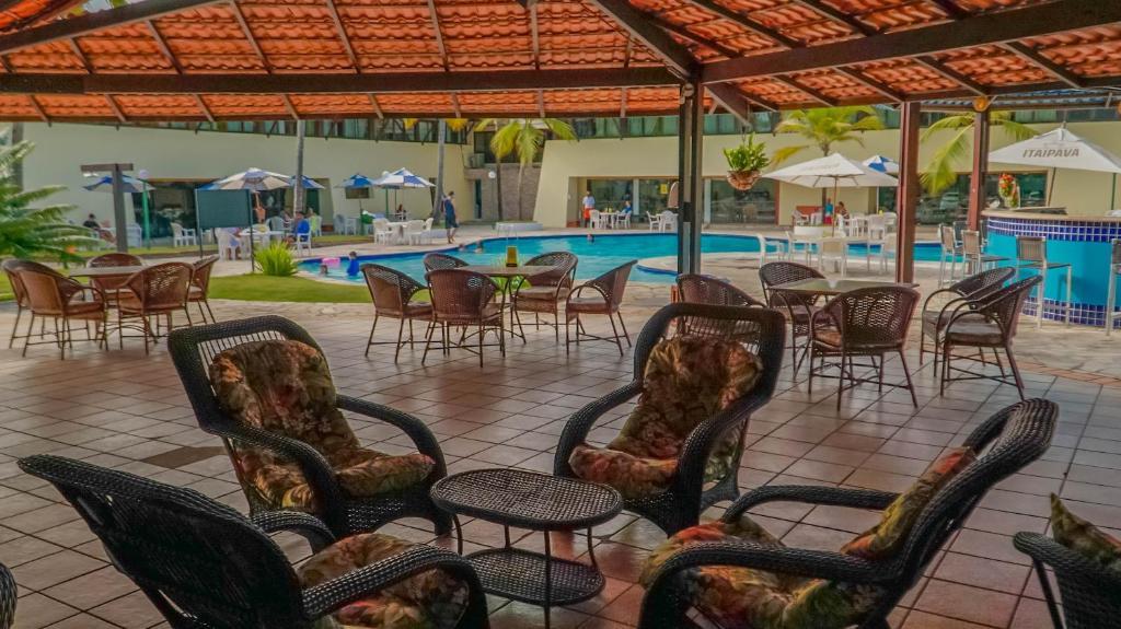 Um restaurante ou outro lugar para comer em Orange Praia Hotel