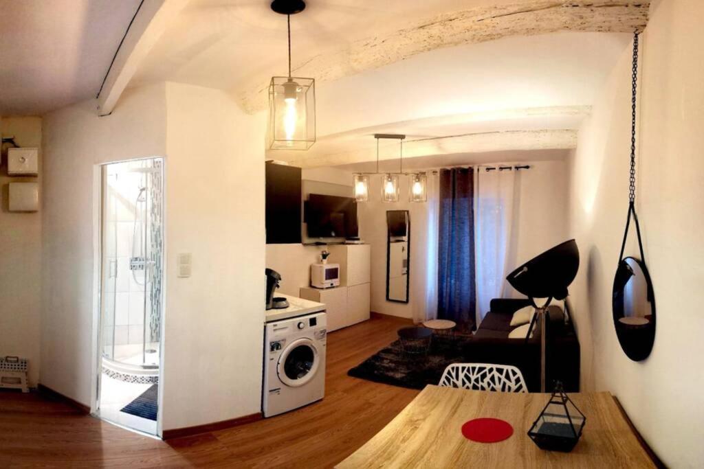 A kitchen or kitchenette at T2 à deux pas du Mucem au Panier / Vieux Port