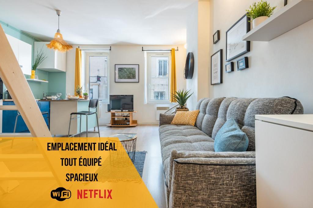 A seating area at ☆ Ô Pied De Notre-Dame ☆ Wifi/Netflix/Centre-Ville ☆
