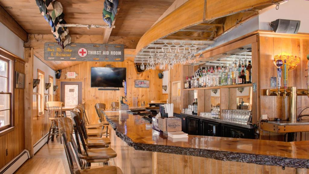 A restaurant or other place to eat at Black Mountain Lodge