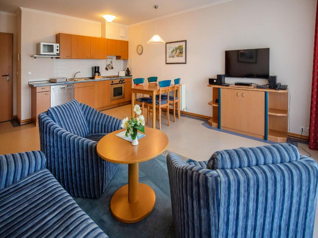 A seating area at Dünenpark Binz - Klassik Appartement mit 1 Schlafzimmer und Balkon im Obergeschoss 018
