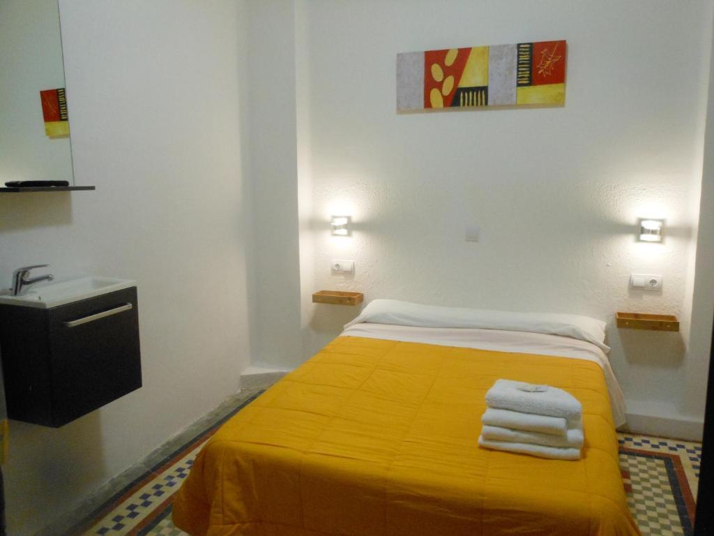 A bed or beds in a room at Pensión Alicante