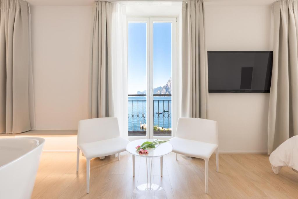 Ein Sitzbereich in der Unterkunft Hotel Lago Di Garda