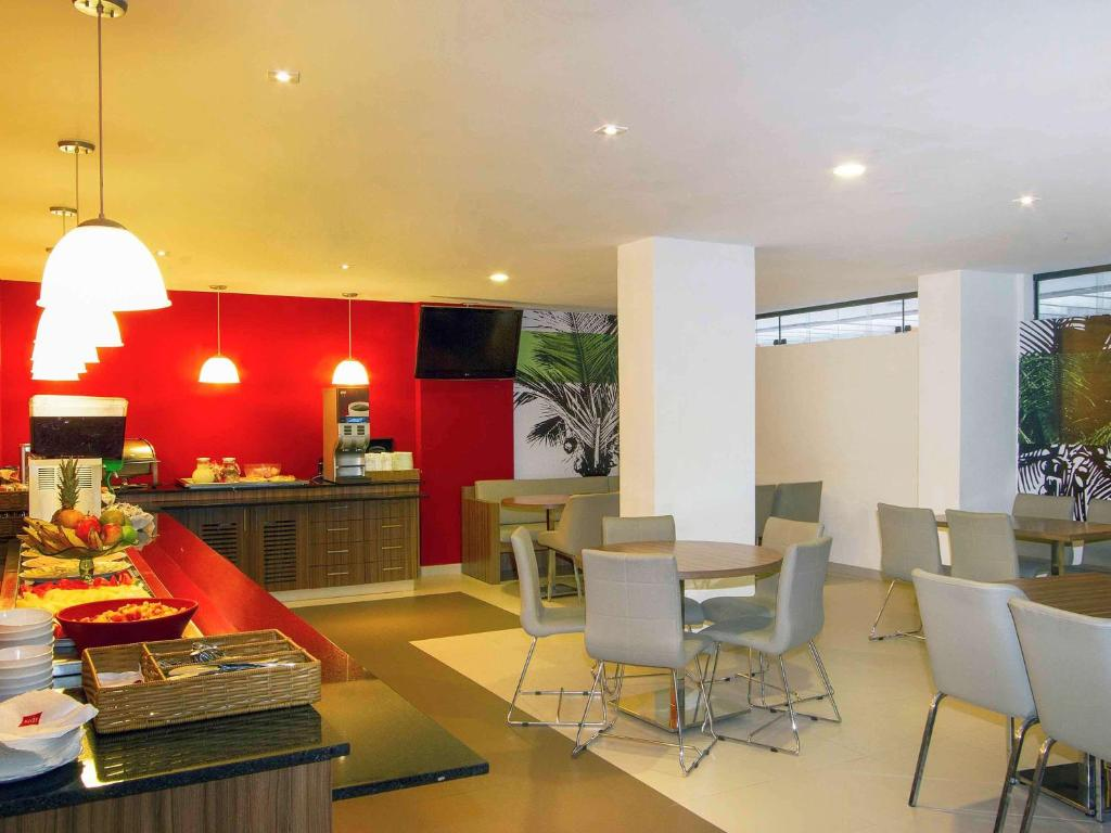 A restaurant or other place to eat at ibis Maceio Pajuçara