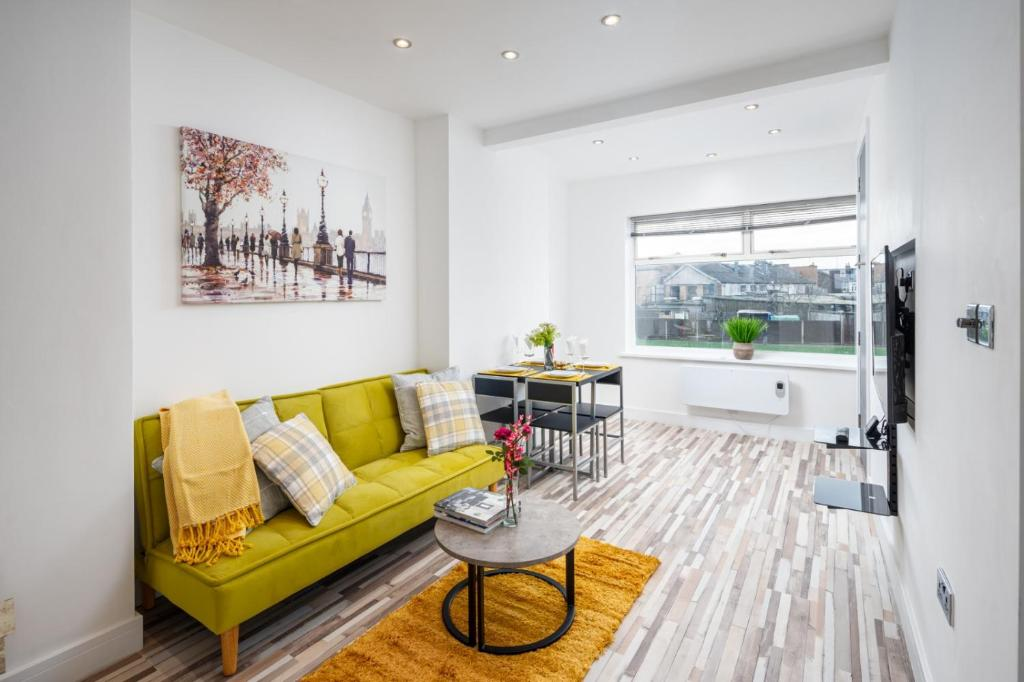 A seating area at Stunning 1 Bedroom Serviced Apartment WRB