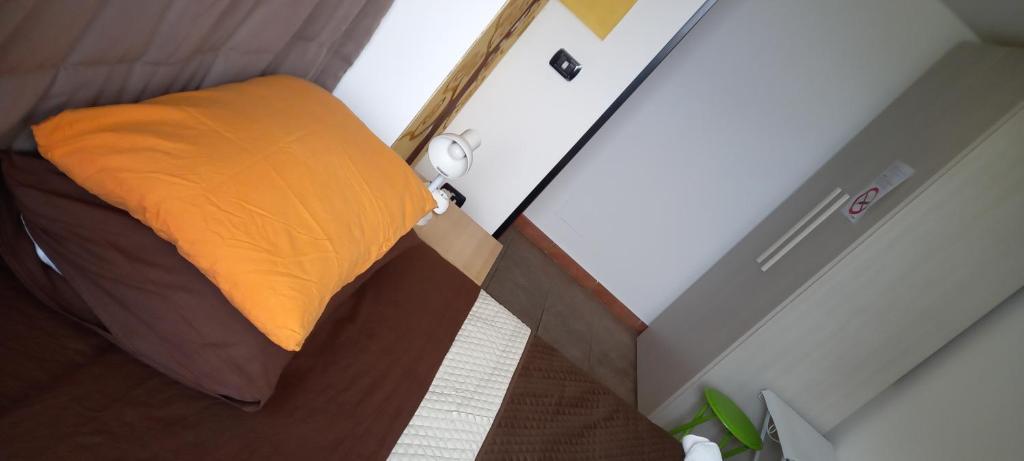 A bed or beds in a room at Santy's Rooms BAGNO CONDIVISO2piano no lift no aria condizionata
