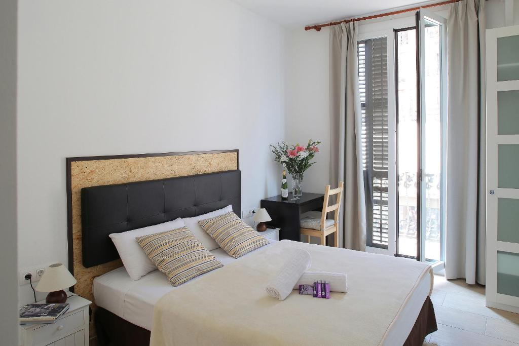 A bed or beds in a room at Hostal Balkonis