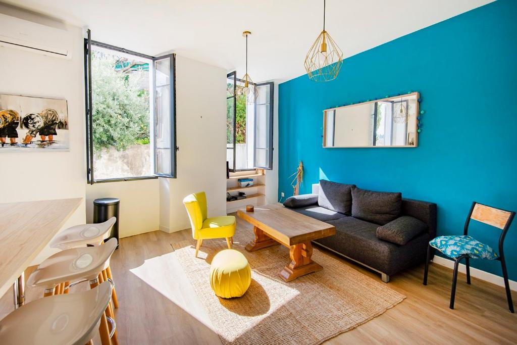 A seating area at Bright apartment at 10 min from the BEACH