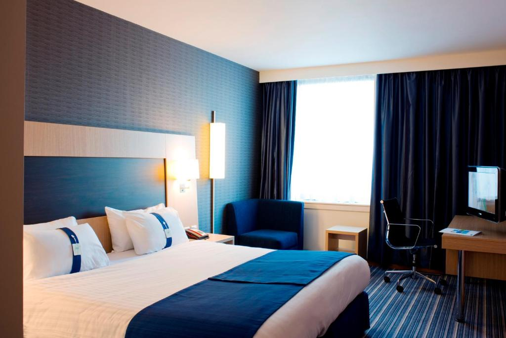 A bed or beds in a room at Holiday Inn Express Rotherham - North, an IHG hotel