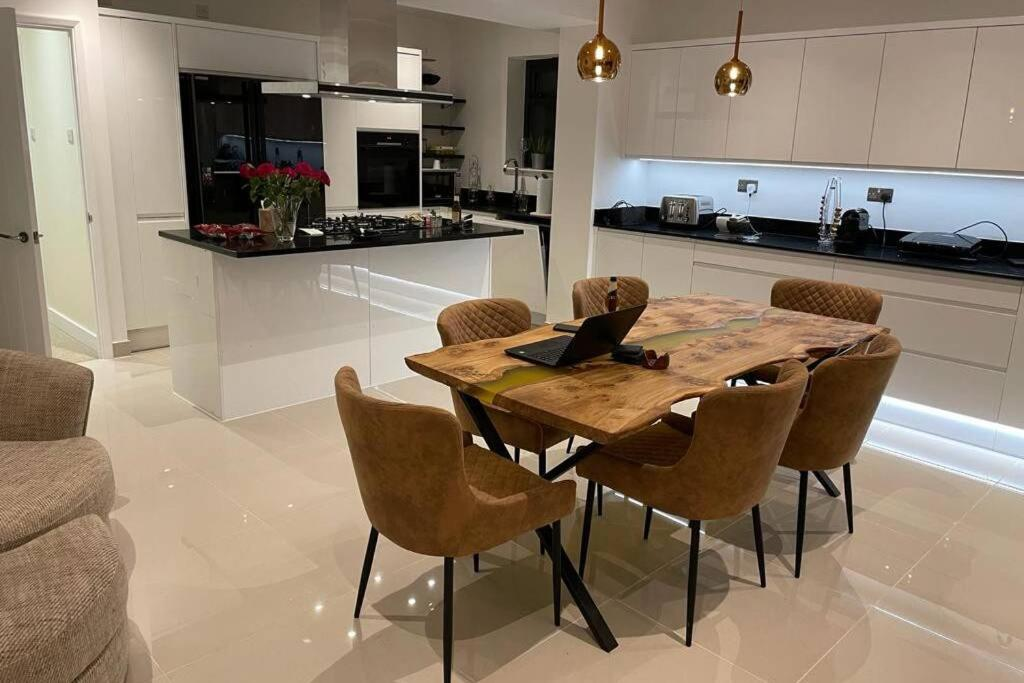 A kitchen or kitchenette at Luxurious House close to Rowhill Grange - Sleeps 6