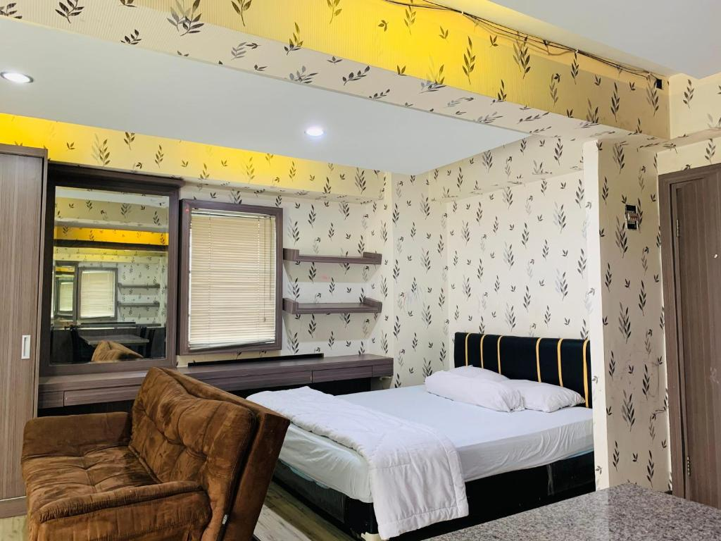 A bed or beds in a room at Apartemen Cibubur Village by Raja Sulaiman Property