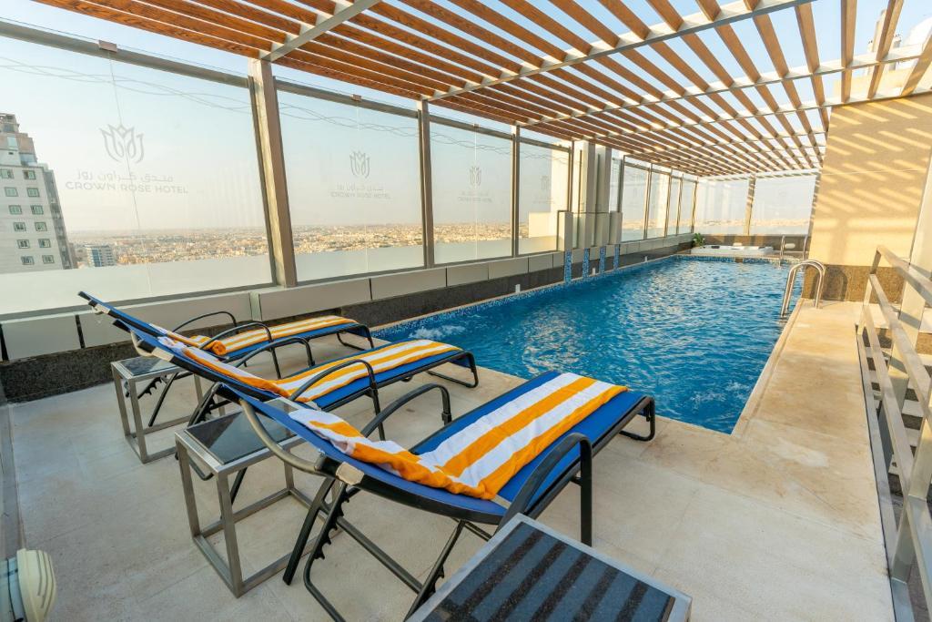 A piscina localizada em Crown Rose Hotel ou nos arredores