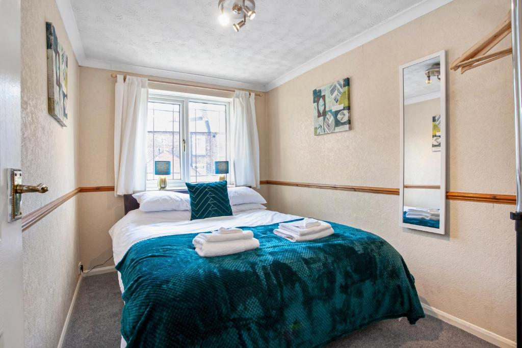 A bed or beds in a room at Staywhenever MS- 4 Bedroom House, King Size Beds, Sleeps 9