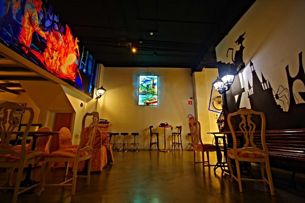 Un restaurante o sitio para comer en All Iron Hostel