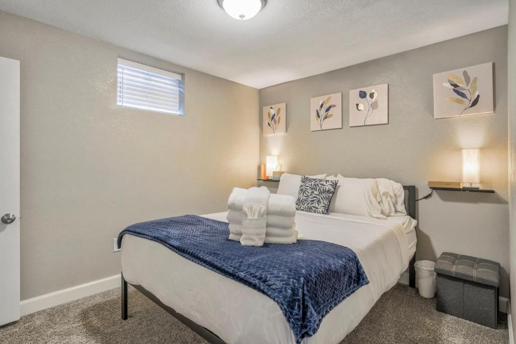 A bed or beds in a room at 2BR Downtown Bungalow Quiet Neighborhood