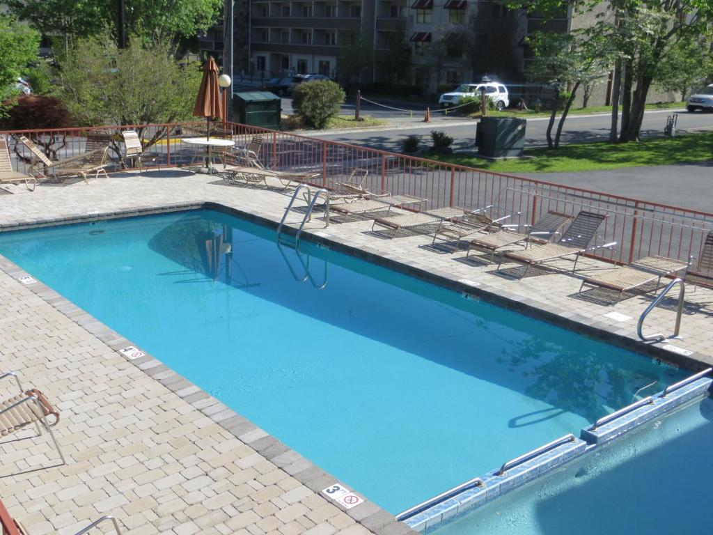 The swimming pool at or near Mountain House Inn Downtown