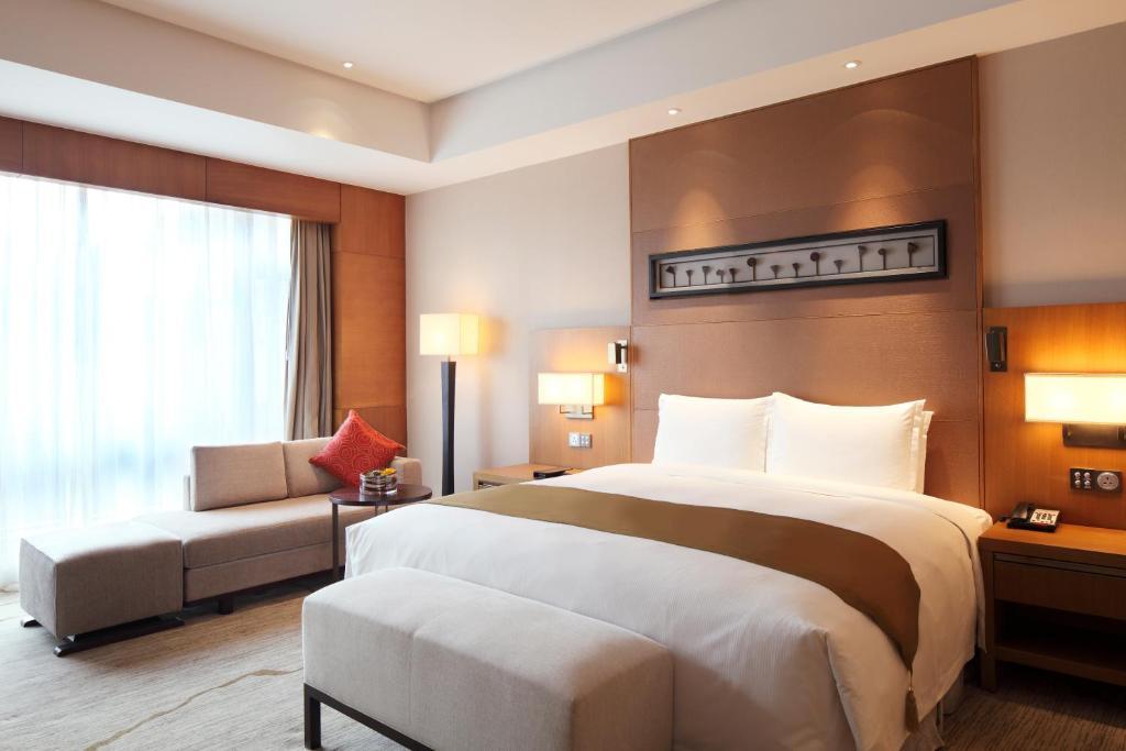 Een bed of bedden in een kamer bij DoubleTree By Hilton Jiaxing