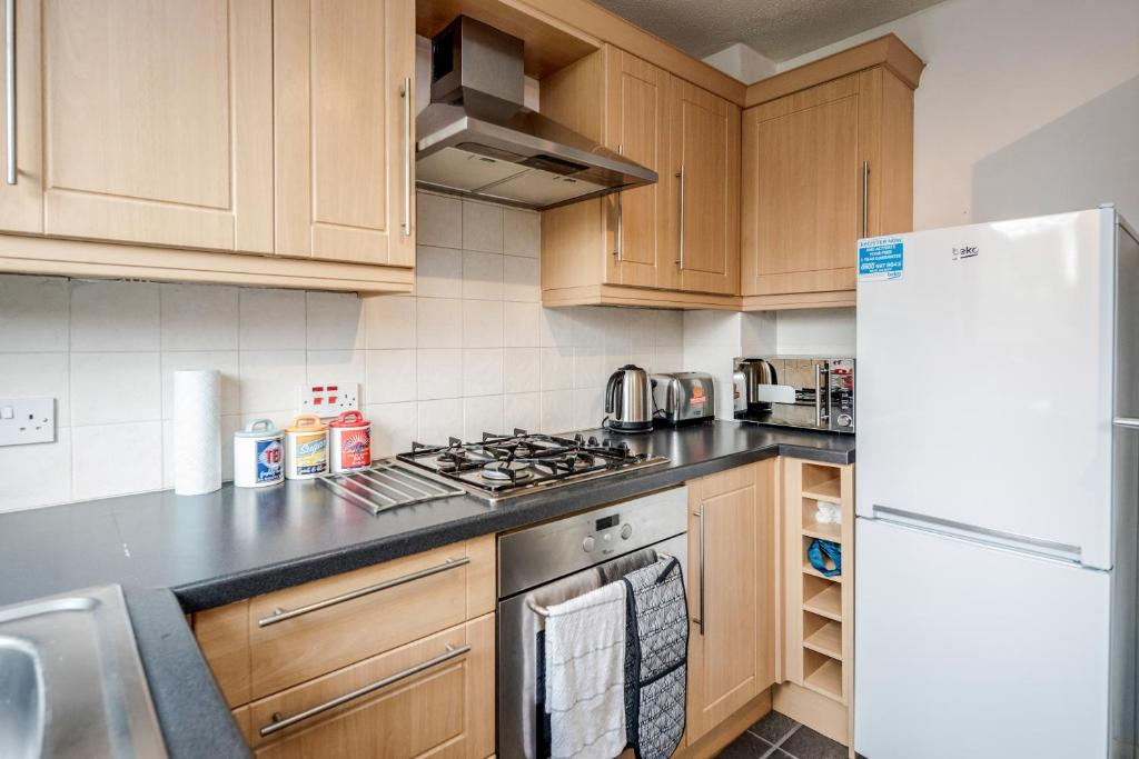 A kitchen or kitchenette at Stevenage Stylish 2 Bedroom Apartment, Upto 5 Guests at Dwellers Delight Luxury Stay Serviced Accommodation, with Free Wifi