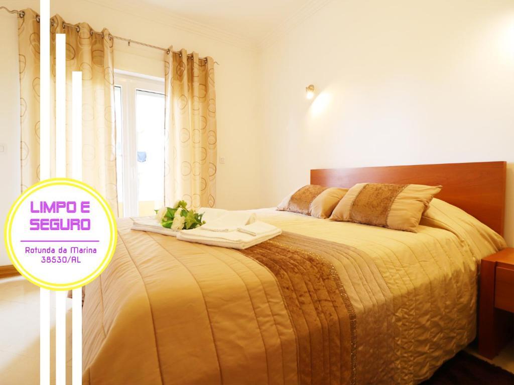 A bed or beds in a room at FIPH Rotunda da Marina Praia da Rocha