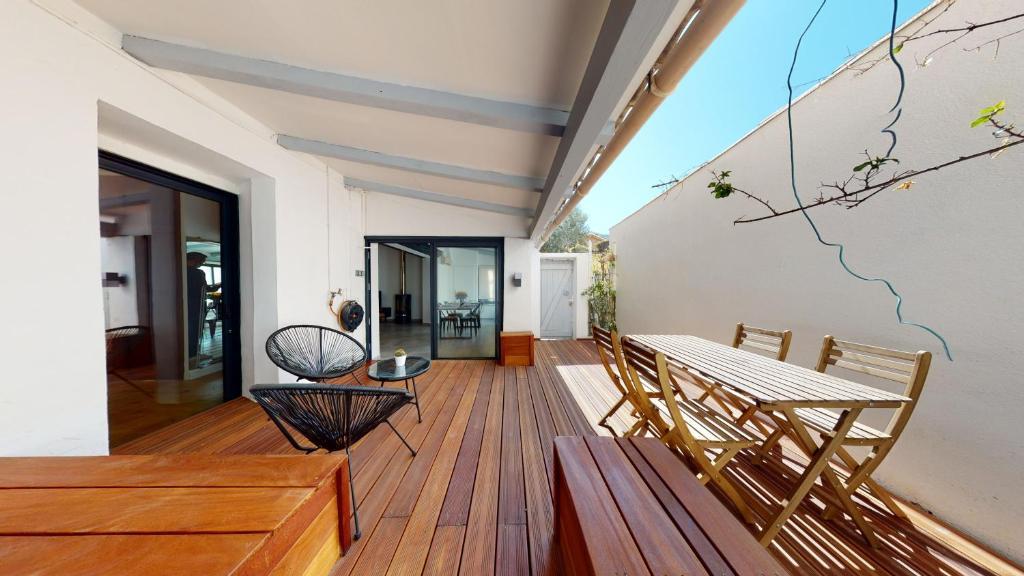 A balcony or terrace at La Bonne Brise - Superbe loft avec terrasse à 2 minutes de la plage