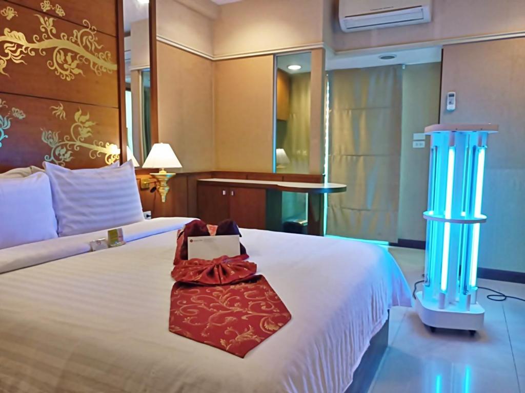 A bed or beds in a room at Mariya Boutique Hotel At Suvarnabhumi Airport