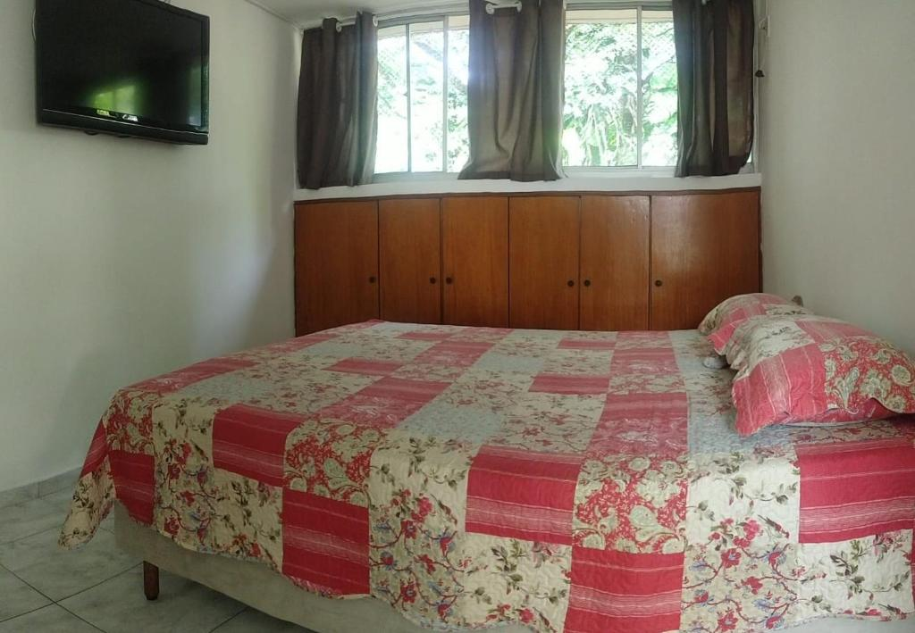 A bed or beds in a room at Quarto Aeroporto Guarulhos & Táxi