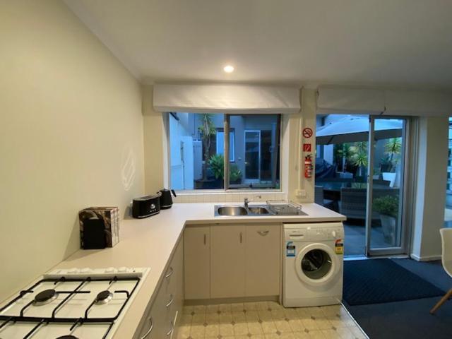A kitchen or kitchenette at Swan Studio