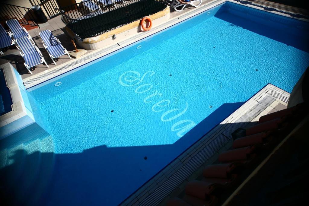 Uitzicht op het zwembad bij Soreda Hotel of in de buurt