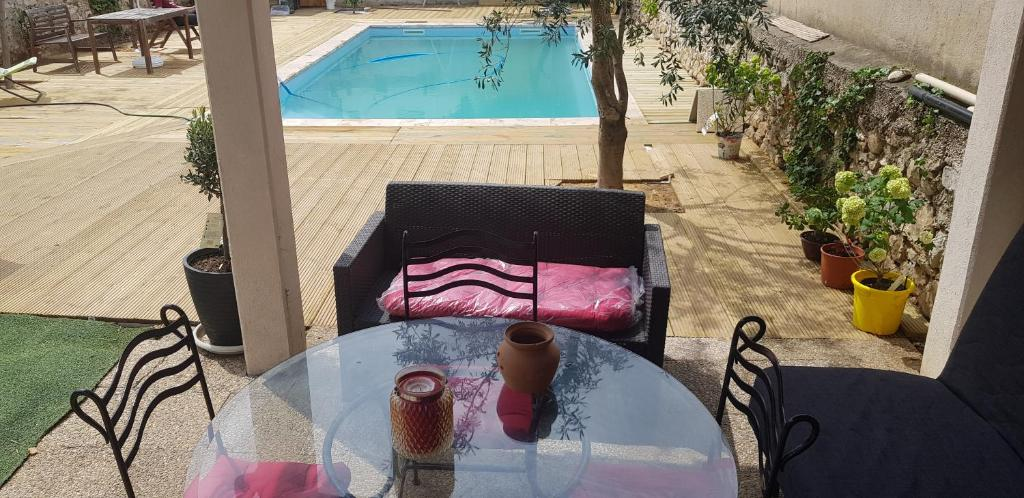 A view of the pool at studio vue sur piscine chanot metro or nearby