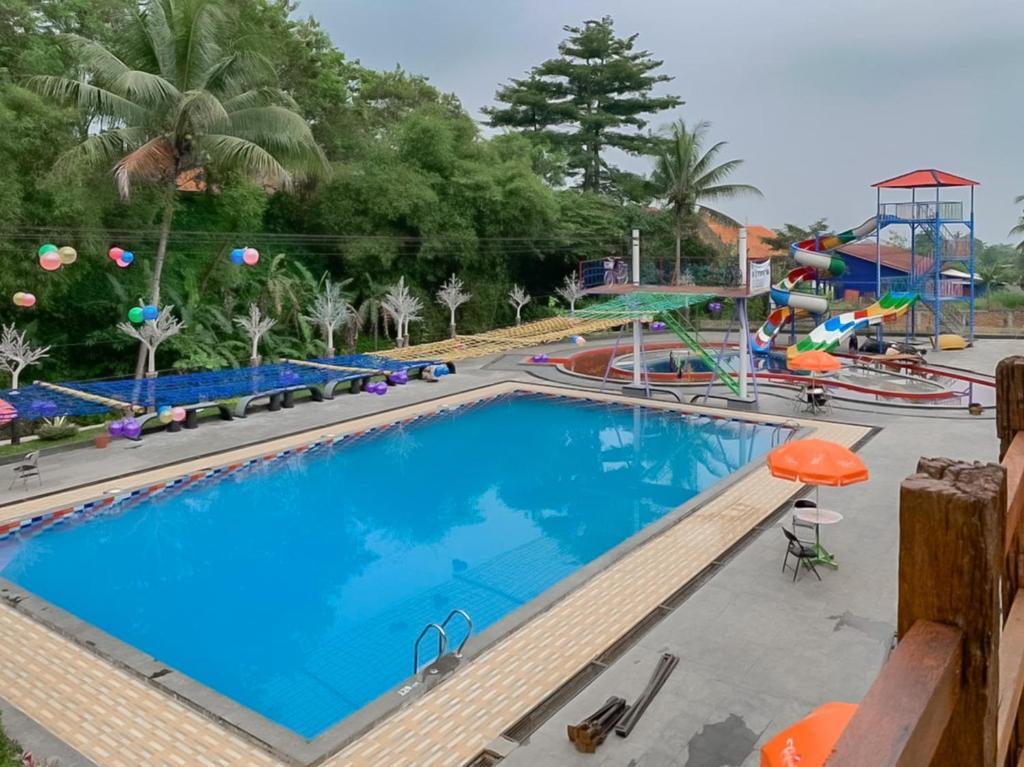 The swimming pool at or close to RedDoorz Resort @ Cianjur City Park