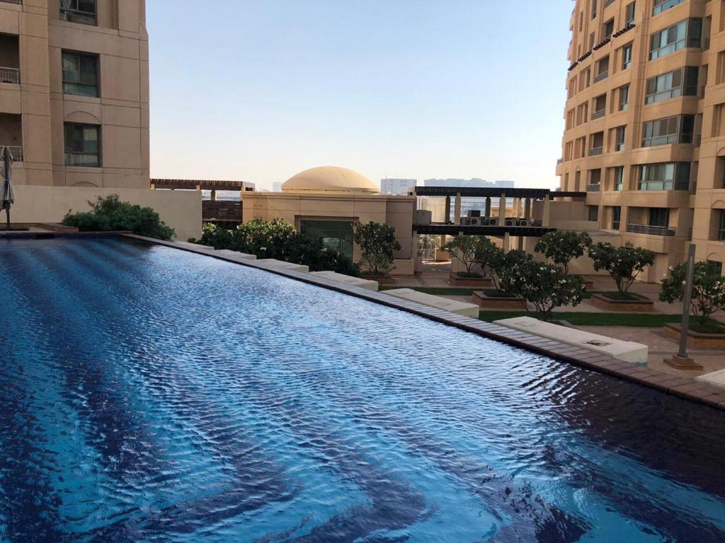 A piscina localizada em إعمار سكوير ou nos arredores