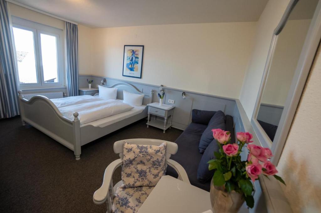 Ein Bett oder Betten in einem Zimmer der Unterkunft Landhotel Tanne