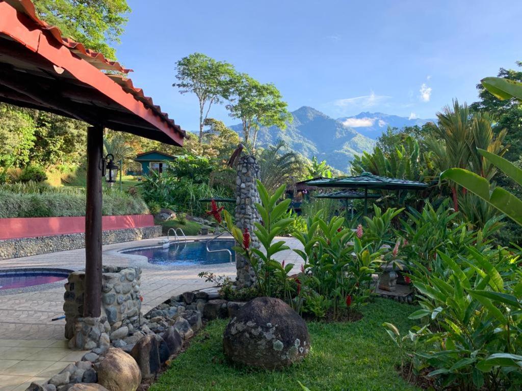 Бассейн в Hotel de Montaña El Pelicano или поблизости