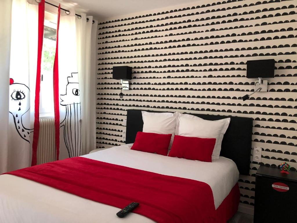 A bed or beds in a room at Hôtel Concorde