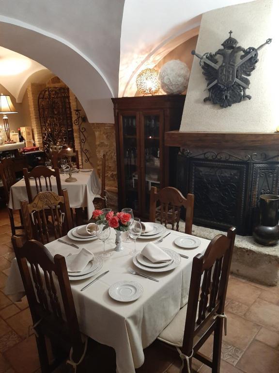 Un restaurante o sitio para comer en La Posada Del Canal