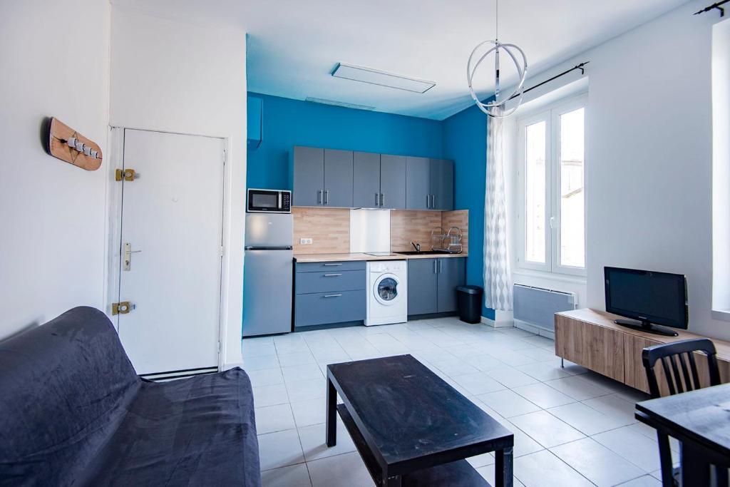 A kitchen or kitchenette at Modern flat near Parc du 26ème Centenaire