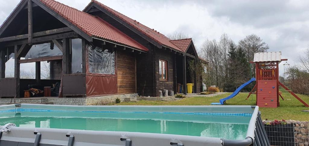 Bazén v ubytování Dom na wynajem Mazury DOM NA WYSOKIM BRZEGU nebo v jeho okolí