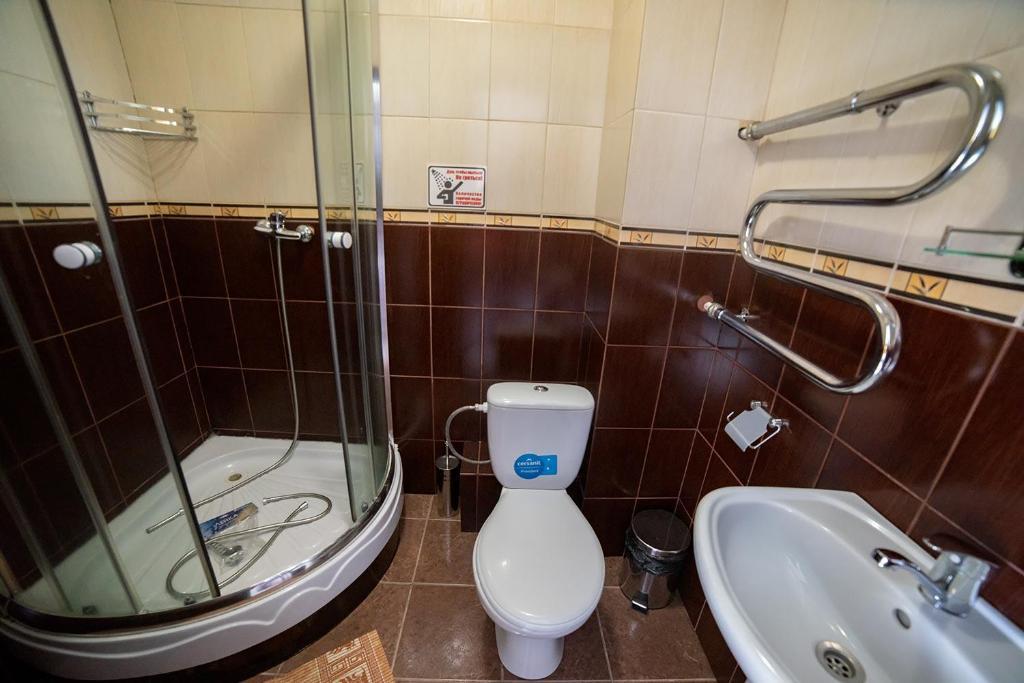 A bathroom at Hotel FreeRaid on 605 km trassy M54