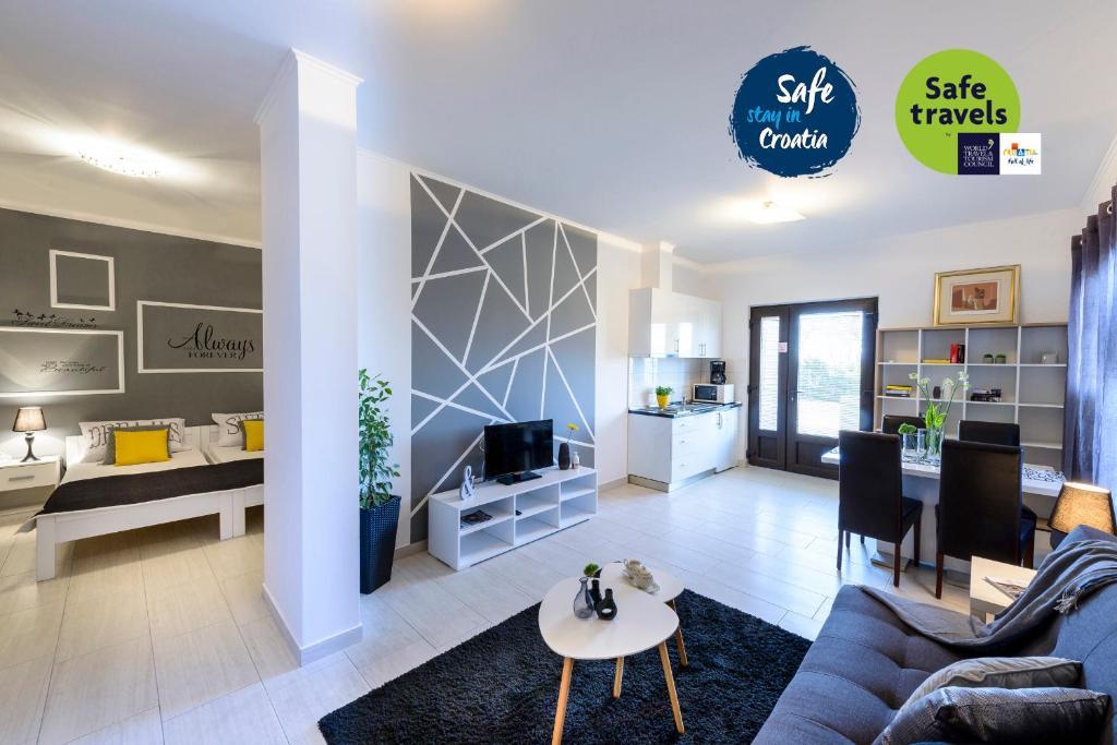 A seating area at Apartments Anamarija