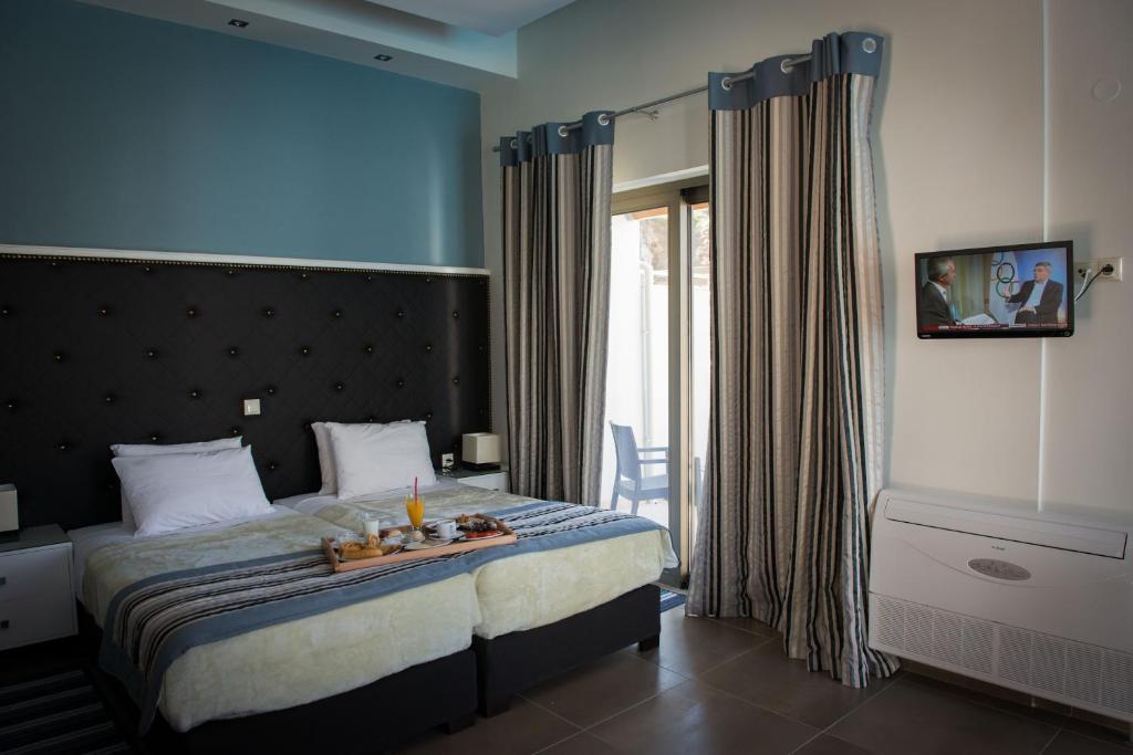 Кровать или кровати в номере Mantinia Bay Hotel