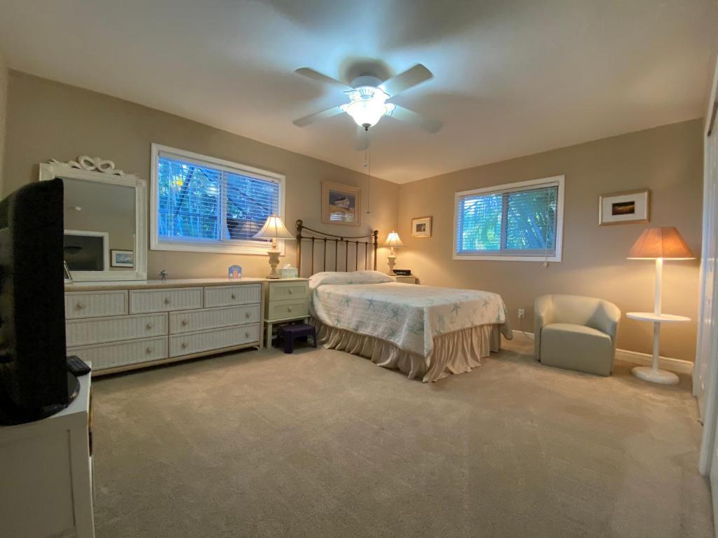 Ein Bett oder Betten in einem Zimmer der Unterkunft This Oasis Is The Cape's Best Place To Stay