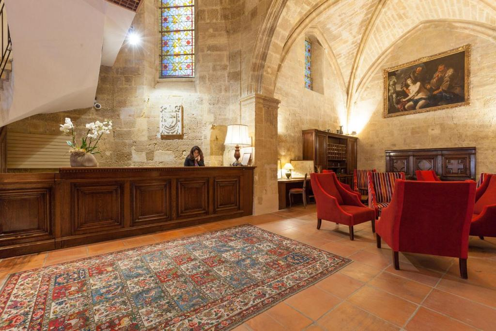 The lobby or reception area at Hôtel des Augustins