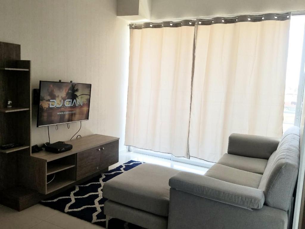 A television and/or entertainment centre at DEPARTAMENTO 3 HAB en GARDEN 360 PIURA
