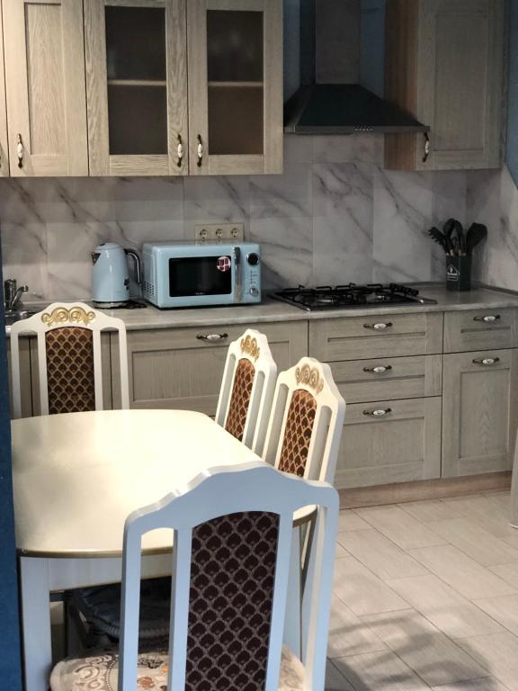 Кухня или мини-кухня в IsaBella Holiday Home